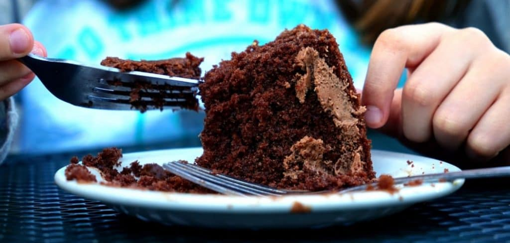 how to eat cake properly