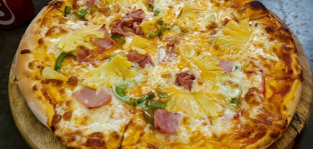 How to eat pineapple pizza
